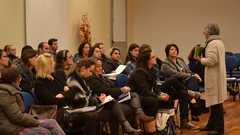 Professores de todos os segmentos de ensino reuniram-se para momento de estudo
